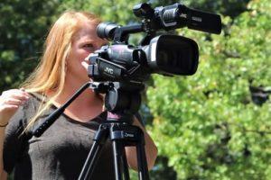 девушка видеокамера журналист оператор
