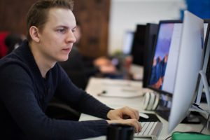 журналист компьютер парень работа редакция