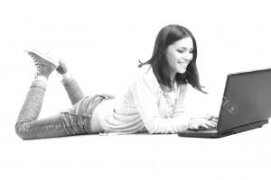 девушка с ноутбуком обучение журналистика
